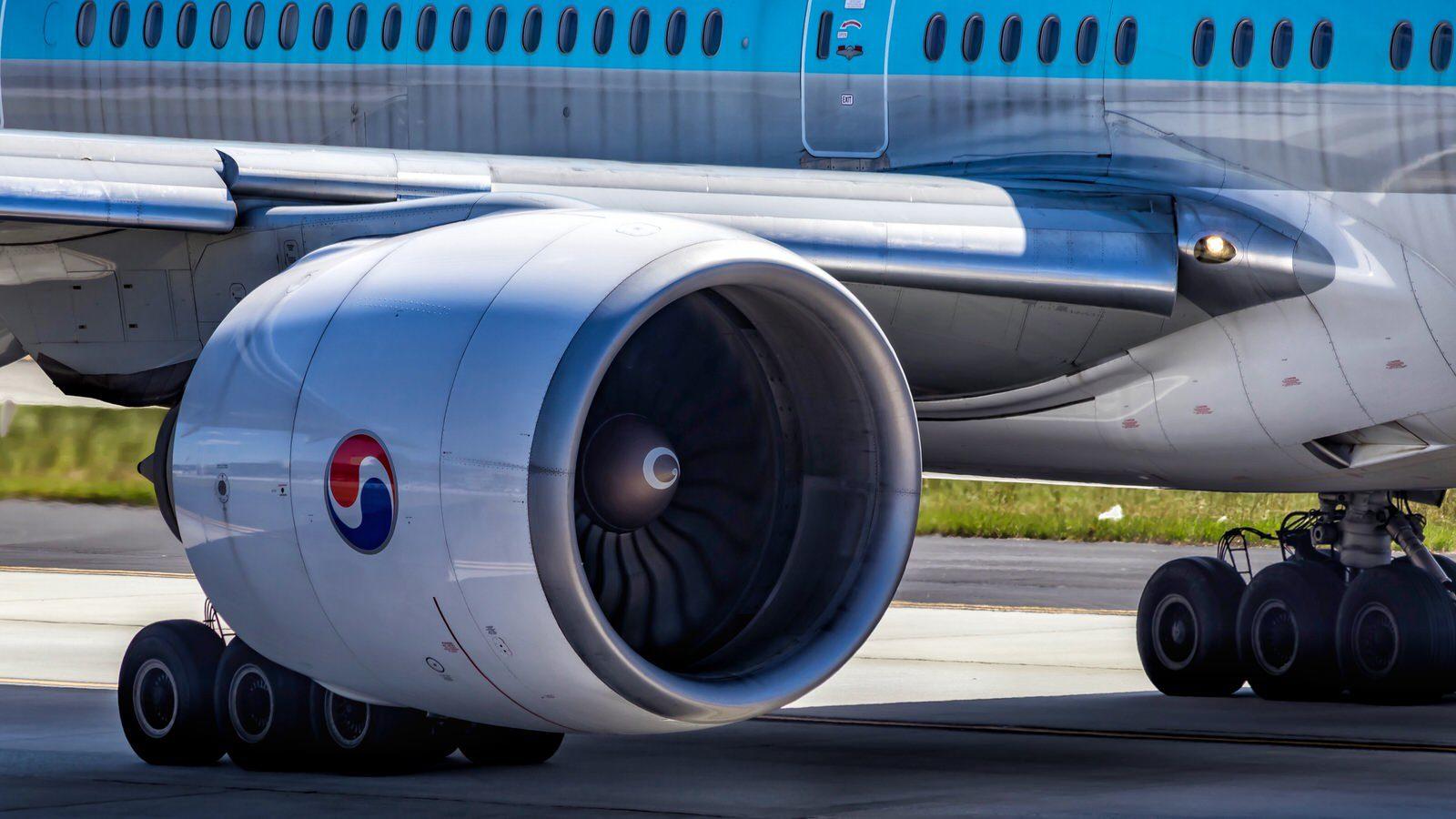 Engine on Korean Air Boeing 777-300ER